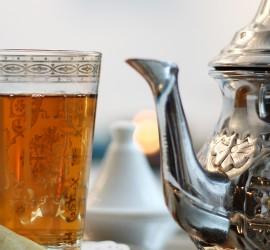 Nous vous servons un thé à la menthe dans la salle de détente. Dégustez de délicieuses pâtisseries orientales : cornes de gazelles, makroud, mlabès…